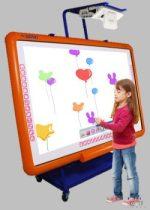 Tablă interactivă pentru grădiniță cu proiector ultra-apropiere pe un suport rulant